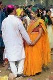 Indisch Paar die Holi vieren Portret van liefdevogels bij Holi-viering Stock Foto's