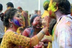 Indisch Paar die Holi vieren Portret van liefdevogels bij Holi-viering Stock Fotografie