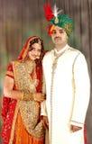 Indisch paar in huwelijkskledij Stock Afbeeldingen