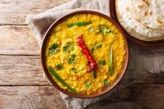 Indisch populair die voedsel Dal Tadka Curry met roti flatbread c wordt gediend royalty-vrije stock foto