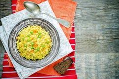 Indisch vegetarisch pilau, Biriyani, met wortelen en groene erwten Royalty-vrije Stock Afbeeldingen