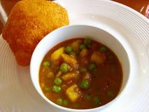 Indisch voedsel - Aloo mompelt & Bedmi Puri Stock Afbeeldingen