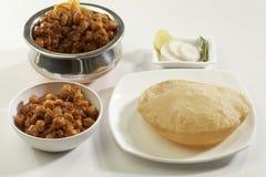 Indisch Voedsel: Chana Masala en gefrituurde Puri stock fotografie