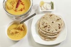 Indisch Voedsel: Kadhi met gatte en chapati of roti stock afbeelding