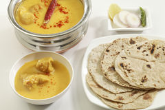 Indisch Voedsel: Kadhi met gatte en chapati of roti royalty-vrije stock foto