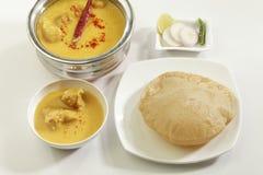 Indisch Voedsel: Kadhi met gatte en gefrituurde Puri stock afbeeldingen