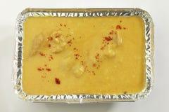 Indisch Voedsel Kadhi met gatte in metaaldienblad stock fotografie