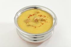 Indisch Voedsel Kadhi met gatte in roestvrij staalpot stock afbeeldingen