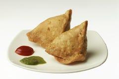Indisch Voedsel: traditionele Indische kruidige knapperige gebraden Punjabi Samosa stock afbeeldingen