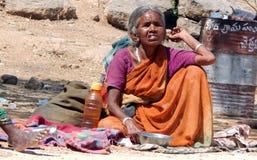 Indische ältere blinde Frau sucht Almosen oder bittet auf Straße zu Tempel d Lizenzfreie Stockbilder