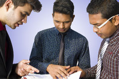 Indische Angestellte, die zusammenarbeiten Lizenzfreie Stockfotografie