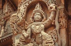 Indische Architektur des 12. Jahrhunderts Frauentanzen in der Trachtenmode auf gestalteter Dekoration innerhalb des hindischen Te Stockfotos