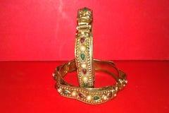 Indische armbanden Armband twee met diamanten stock afbeelding