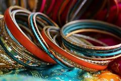 Indische armbanden op mooie sjaal Indische manier stock afbeeldingen