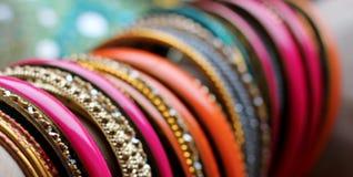 Indische armbanden op mooie sjaal Indische manier stock foto's