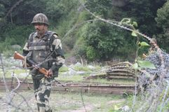 Indische Armeesoldaten patrouillieren an einem Armeehubschrauber-landeplatz nahe der Linie des Steuerstandorts nahe Poonch stockfotos
