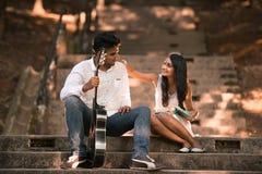 Indische asiatische malaysische Paare, die jeder des anderen Firma genießen Lizenzfreie Stockfotografie