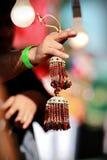 Indische Aziatische bruids kalire die klokken tingelen bij de markt van het cultuurfestival Stock Foto's