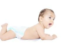 Indische baby die op bed legt. Stock Fotografie