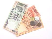 Indische Bargeld-Anmerkungen und Münzen Stockbilder