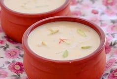 Indische basundi van dessert kesar pista in aarden pot kulhad stock foto