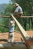 Indische Bauarbeiter, die in den Hochländern arbeiten Stockfotografie