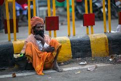 Indische bedelaarszitting op de straat Royalty-vrije Stock Afbeeldingen