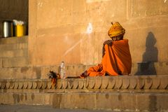 Indische bedelaarszitting op de straat Stock Foto
