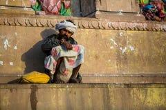 Indische bedelaarszitting op de straat Stock Afbeelding