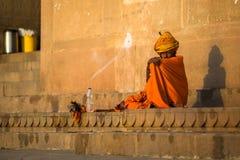 Indische bedelaarszitting op de straat Volgens legenden, werd de stad 5000 jaar geleden opgericht door God Shiva over Stock Fotografie