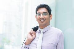 Indische bedrijfsmens die bij de moderne bouw leunen Royalty-vrije Stock Foto's