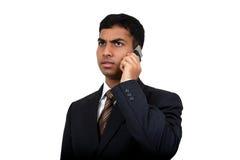 Indische bedrijfsmens die cellphone (3) gebruikt royalty-vrije stock fotografie