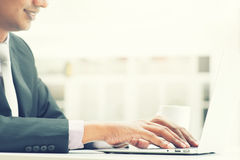 Indische bedrijfsmens die laptop met behulp van Royalty-vrije Stock Foto