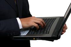 Indische bedrijfsmens die laptop, met het knippen van weg met behulp van. stock fotografie