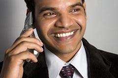 Indische bedrijfsmens die mobiele telefoon uitnodigt Stock Afbeeldingen
