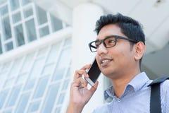 Indische bedrijfsmens die op telefoon spreken Royalty-vrije Stock Foto