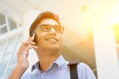 Indische bedrijfsmensen die op smartphone spreken Stock Foto's