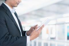 Indische bedrijfsmensen die tabletcomputer met behulp van Stock Fotografie