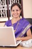 Indische bedrijfsvrouw die aan laptop werkt stock fotografie