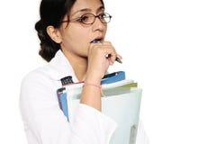 Indische Bedrijfsvrouw, die in gedachten wordt verloren. Stock Fotografie