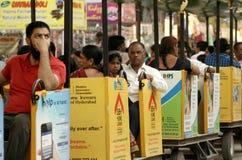 Indische Besucher, genießen den Spielzeugzug, zur numaish jährlichen Verbraucherausstellung lizenzfreies stockfoto