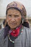 Indische Bettlerfrau auf der Straße in Leh, Ladakh Indien Lizenzfreies Stockbild