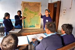Indische Blinde Student At Geography Class stock afbeeldingen