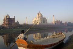 Indische boatman let op spectaculaire Taj Mahal Royalty-vrije Stock Foto