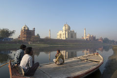 Indische boatmans letten op spectaculaire Taj Mahal Royalty-vrije Stock Foto's