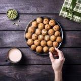 Indische Bonbons Besan Ladoo Stockfotos