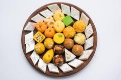 Indische Bonbons für diwali Festival oder Hochzeit, selektiver Fokus Stockfoto