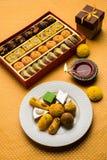 Indische Bonbons oder Mithai für diwali Festival mit Öllampe oder diya und Geschenkbox Stockfoto