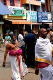Indische Brahmins, die in die Tempelstraße gehen Lizenzfreies Stockfoto