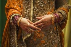 Indische Braut mit Schmuck und Hennastrauch Stockfoto